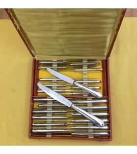 Coffret de 24 couteaux en métal argenté modèle coquille