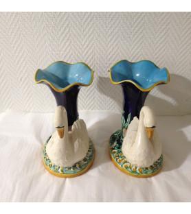 Paire de vase en céramique à décor de cygnes