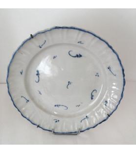Plat violonné à décor en bleu de rinceaux végéteaux