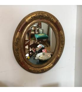 Miroir ovale en bois doré à décor floral