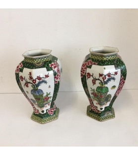 Paire de vases en porcelaine à décor asiatique