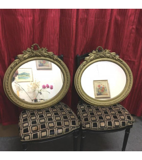 Paire de miroirs ovales de style Louis XVI
