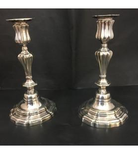 Paire de bougeoirs en métal argenté style Louis XVI